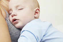 halten ,schlafen ,Mädchen ,Mutter - Mensch ,Baby