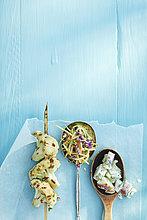 Holztisch,Papier,über,Salat,füllen,füllt,füllend,Löffel,blau,Ansicht,Blumenkohl,Studioaufnahme,gegrillt,Wachs