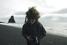 Strand ,Junge - Person ,grimassieren, Grimasse, Grimassen,schneiden, das Gesicht verziehen ,Island