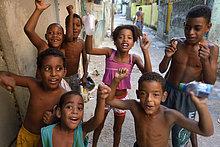 Kinder jubeln fröhlich, in einem Armenviertel, Favela ***KEINE VERÖFFENTLICHUNG IN BRASILIEN***