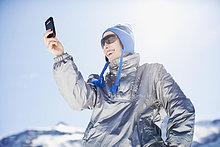 Frau benutzt Handy im Freien