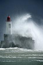 Feuerwehr ,Hafen ,Eingang ,über ,Sturm ,Küste ,Kai ,Leuchtturm ,schlecht, schlechter Zustand, schlechtes, schlechten, schlechte ,rot ,entfernt ,Ende ,schwer ,Wasserwelle, Welle ,Wetter
