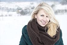 Junge blonde Frau mit Schal, Portrait