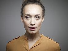 Portrait,Frau,Hintergrund,Close-up,Mittelpunkt,Erwachsener,grau