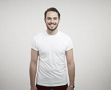 stehend ,Portrait ,Mann ,lächeln ,weiß ,Hintergrund ,jung