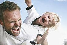 Vater spielt mit Sohn Fußball
