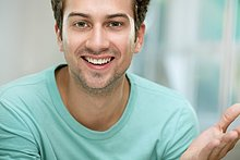 Mann ,lächeln ,Blick in die Kamera ,jung