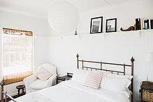 über ,Schlafzimmer ,Bett ,weiß ,Regal