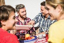 Außenaufnahme ,Zusammenhalt ,Fröhlichkeit ,Freundschaft ,Frühstück ,freie Natur