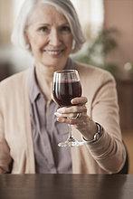 Senior,Senioren,Europäer,Frau,Glas,Wein