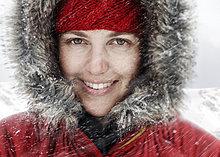 hoch, oben ,nahe ,Portrait ,Frau ,rot ,jung ,Kapuze ,Schnee