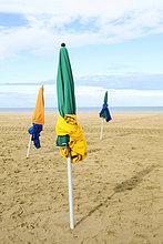 Bunte Sonnenschirme am Strand, Deauville, Normandie, Frankreich