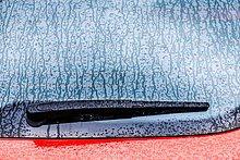 Scheibenwischer ,Detail, Details, Ausschnitt, Ausschnitte ,Fenster ,Auto ,nass ,Regen ,rot