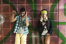 Außenaufnahme ,stehend ,zuhören ,Wand ,Kopfhörer ,Musik ,Kleidung ,Deutschland ,freie Natur