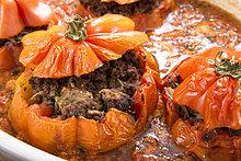 Essgeschirr ,füllen, füllt, füllend ,Tomate ,Beefsteak ,Gratin ,kohlenhydratreduziert, kohlenhydratarm