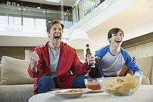 sehen ,Menschlicher Vater ,Sohn ,Zimmer ,Wohnzimmer ,Sport