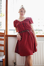 Junge Frau mit roten Kleid