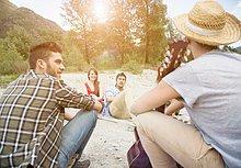 sitzend ,Freundschaft ,Picknick