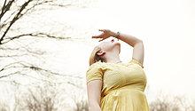 Außenaufnahme,junge Frau,junge Frauen,Arme heben,strecken,heben,1,freie Natur
