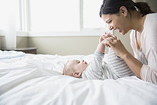 Bett,Mutter - Mensch,Baby,spielen