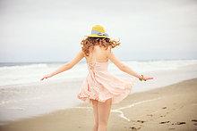 Vereinigte Staaten von Amerika,USA,spazierengehen,spazieren gehen,Jugendlicher,Strand,Rückansicht,Ansicht,Mädchen