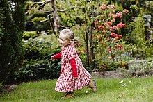rennen,Garten,jung,Kleidung,Gingham,Mädchen,Kleid