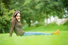 sitzend,Frau,Mittelpunkt,Gras,Erwachsener