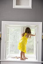 sitzend,Fenster,weiß,Mädchen,Kleid,spielen