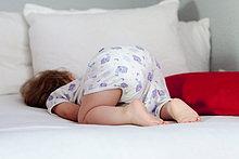 Mädchen schläft auf dem Sofa