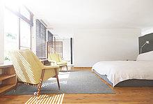 Schlafzimmer,Bett,Sessel,Teppichboden,Teppich,Teppiche,modern