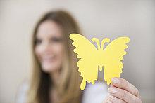 Frau,Papier,halten,Schmetterling