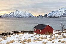 Rotes Haus am Fjord, Winterstimmung, Lofoten, Norwegen