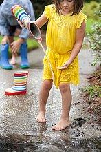 Wasser,eingießen,einschenken,Stiefel,Regen,Pfütze,Mädchen,Gummi