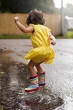 Stiefel,Regen,springen,Pfütze,Kleidung,Mädchen,Gummi
