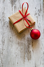 Geschenk,Holz,Weihnachten,rot,kugelförmig,kugelig,Kugeln,Kugel