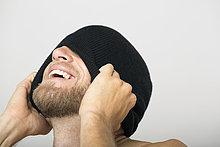 Mann,lachen,Pudelmütze,bedecken