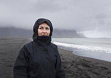 Portrait,Frau,Strand,schwarz,Regen,Sand,Mittelpunkt,Erwachsener