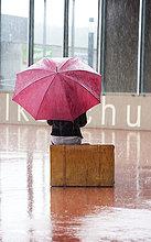 sitzend,Jugendlicher,Regenschirm,Schirm,Koffer,Regen,rot,Mädchen