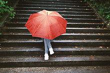 Stufe,hinter,sitzend,Jugendlicher,verstecken,Regenschirm,Schirm,rot,Mädchen