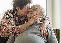 Senior,Senioren,Frau,umarmen,küssen,Ehemann