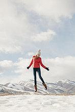 springen,über,Jacke,lang,langes,langer,lange,rot,Himmel,jung,Mädchen,Schnee
