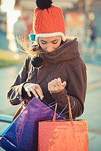 Frau,Tasche,Hut,suchen,kaufen,Mittelpunkt,rot,Kleidung,Erwachsener