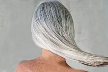 Frau,grauhaarig,lang,langes,langer,lange,reifer Erwachsene,reife Erwachsene,Rückansicht,Ansicht,nackt,auf den Schultern tragen