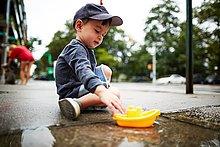 Wasser,Junge - Person,Spielzeug,Boot,Bürgersteig,spielen