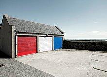 Garage,Großbritannien,Tür,streichen,streicht,streichend,anstreichen,anstreichend,rot,Aberdeenshire,Schottland