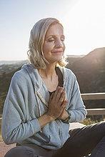 Europäer,Frau,Berggipfel,Gipfel,Spitze,Spitzen,Meditation