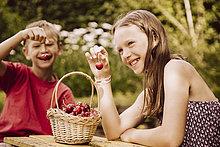Fröhlichkeit,Junge - Person,Kirsche,Garten,Mädchen