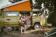 Kleintransporter,Frau,Mann,umarmen,lächeln,Gitarre,spielen,Lieferwagen