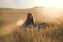 junge Frau,junge Frauen,Abend,Feld,Gitarre,spielen