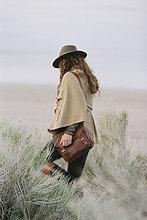 Frau,tragen,gehen,Tasche,Landschaft,Hut,Kleidung,schrubben,flach,Leder